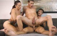 O casal de namorados bissexual Dane e Jamie dando para o pauzudo Beau
