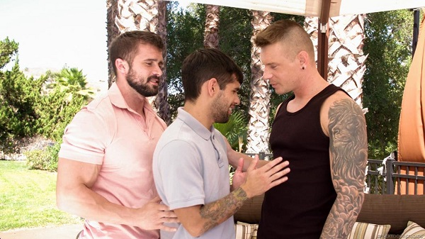 Photo of Ty Mitchell sendo arrombado pelos clientes Mathias & Gunner Canon