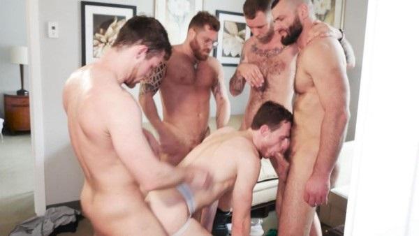muži ukazující velké kohouty